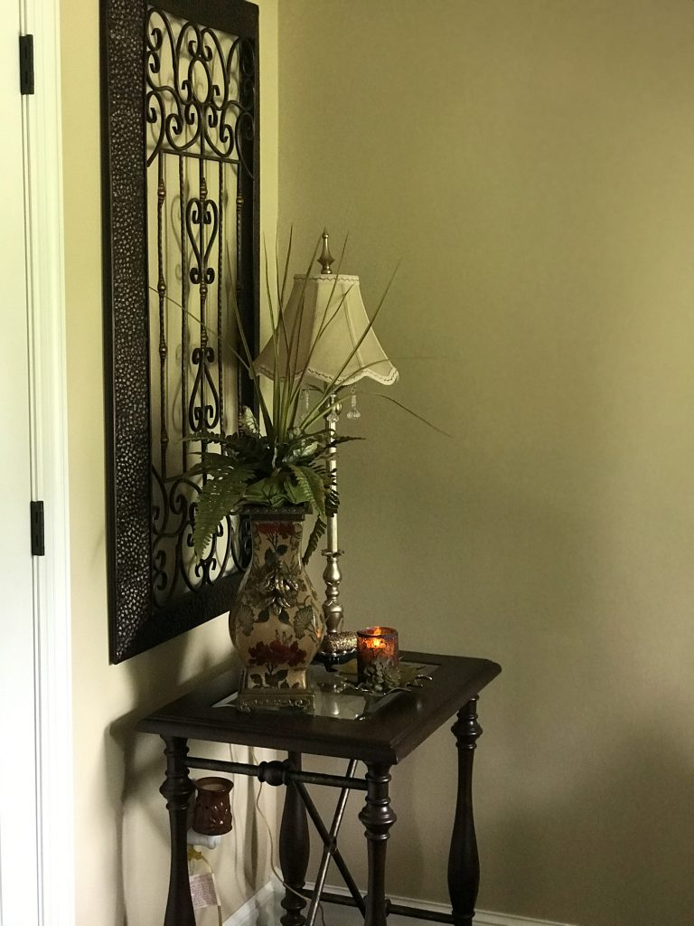 Entry table with lamp